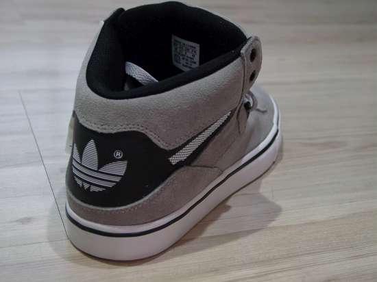 Em duas cores chega na Hip este novo modelo de Adidas. 68d8f1b13b